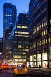 Ruas de New York City na noite Imagem de Stock Royalty Free