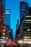 Ruas de New York City na noite Imagens de Stock