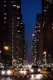 Ruas de New York City na noite Fotografia de Stock Royalty Free