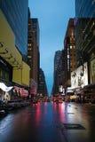 Ruas de New York City no tempo da noite Fotografia de Stock Royalty Free