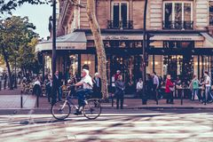 Ruas de Paris, ciclista idoso fotos de stock