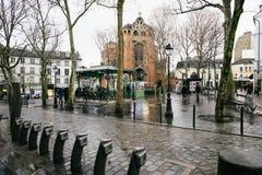 Ruas de Paris na chuva imagens de stock