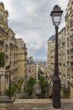 Ruas de Paris na montanha de Montmartre imagem de stock royalty free