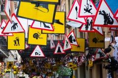 Ruas decoradas do distrito de Gracia Tema dos sinais e do symbo Imagens de Stock