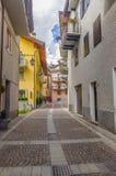 Ruas e casas na cidade da montanha da região alpina Lombaridya Bríxia de Italiano Ponte di Legno, Itália do norte Fotografia de Stock