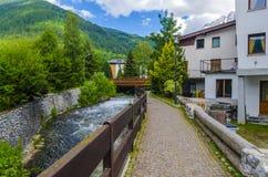 Ruas e casas na cidade da montanha da região alpina Lombaridya Bríxia de Italiano Ponte di Legno, Itália do norte Foto de Stock Royalty Free