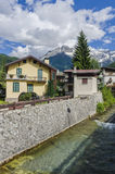 Ruas e casas na cidade da montanha da região alpina Lombaridya Bríxia de Italiano Ponte di Legno, Itália do norte Imagem de Stock