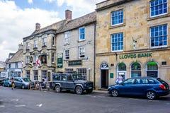 Ruas e lojas na cidade histórica do cotswold da armazenagem no Wold imagens de stock royalty free