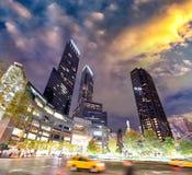 Ruas e luzes da cidade na noite perto de Columbus Circle, New York Imagens de Stock Royalty Free