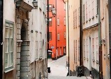 Ruas estreitas com bicicleta abandonada, as casas históricas coloridas e as lojas fotografia de stock royalty free