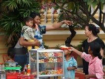 Ruas movimentadas de Phnom Penh - capital de Camboja Imagem de Stock