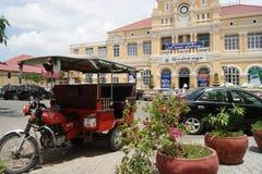 Ruas movimentadas de Phnom Penh - capital de Camboja imagens de stock