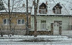 Ruas nevado com pingos de chuva fotografia de stock royalty free