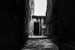 Ruas pitorescas, estreitas preto e branco da cidade velha de Bonifacio, Córsega imagens de stock royalty free
