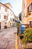 Ruas velhas em Izola, Eslovênia imagens de stock royalty free