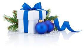 Ruban bleu de boîtier blanc, branche de pin et deux boules de hristmas Photos libres de droits