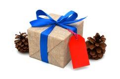 Ruban bleu enveloppé par cadeau Image stock