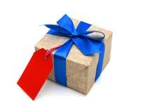 Ruban bleu enveloppé par cadeau Photos libres de droits