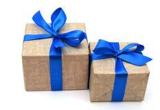 Ruban bleu enveloppé par cadeau Images stock