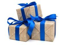 Ruban bleu enveloppé par cadeau Images libres de droits