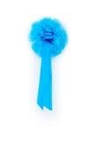 Ruban bleu nouveau-né masculin accrochant sur la porte de blanc de maison Photo stock