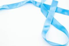 Ruban bleu sur le fond blanc Photographie stock libre de droits