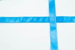 Ruban bleu sur le fond blanc Photo stock