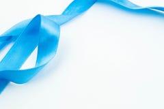 Ruban bleu sur le fond blanc Image stock