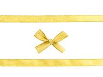 Ruban d'or et arc d'isolement Image stock