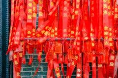 """Ruban de bénédiction rouge coloré, souhait et message dans le temple héréditaire ou le """"Zumiao """"de Foshan dans le nom chinois Por photographie stock"""
