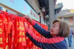 """Ruban de bénédiction rouge coloré, souhait et message dans le temple héréditaire ou le """"Zumiao """"de Foshan dans le nom chinois Por photos stock"""
