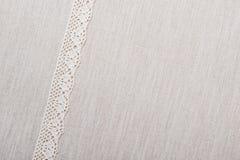 Ruban de dentelle sur le fond de tissu de toile Photos libres de droits