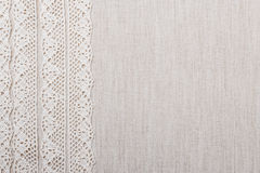 Ruban de dentelle sur le fond de tissu de toile Photo stock