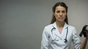 Ruban de noir d'apparence de femme docteur, conscience de mélanome, niveau de la maladie, taux de mortalité banque de vidéos