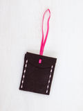 Ruban de rose d'enveloppe de feutre de Brown Photographie stock libre de droits