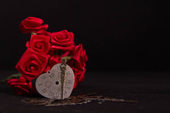 Ruban de rose de rouge, horloge de main, et le coeur intemporel Images libres de droits