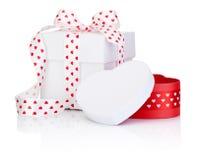 Ruban de satin attaché deux par boîtiers blancs avec l'arc de symbole de coeur d'isolement Photographie stock libre de droits