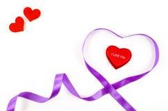Ruban en forme de coeur sur le fond blanc Image stock