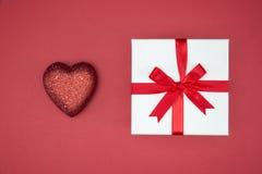 Ruban en soie d'enveloppe de boîte-cadeau avec la forme de coeur d'amour Photo libre de droits