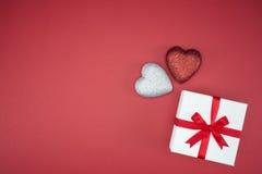 Ruban en soie d'enveloppe de boîte-cadeau avec la forme de coeur d'amour Photos libres de droits