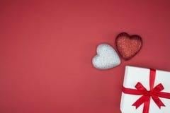 Ruban en soie d'enveloppe de boîte-cadeau avec la forme de coeur d'amour Images stock