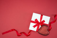 Ruban en soie d'enveloppe de boîte-cadeau avec la forme de coeur d'amour Photographie stock