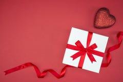 Ruban en soie d'enveloppe de boîte-cadeau avec la forme de coeur d'amour Image stock