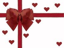 Ruban et arc rouges d'isolement avec le fond de blanc de carte de jour de valentines de coeurs Images libres de droits