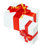 Ruban et arc rouges en soie décorés deux par boîte-cadeau, objet sur le fond blanc de studio d'isolement Photos stock
