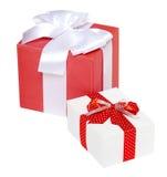 Ruban et arc rouges en soie décorés deux par boîte-cadeau, objet sur le fond blanc de studio d'isolement Photographie stock