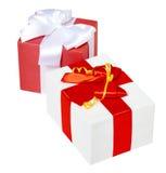 Ruban et arc rouges en soie décorés deux par boîte-cadeau, objet sur le fond blanc de studio d'isolement Image stock