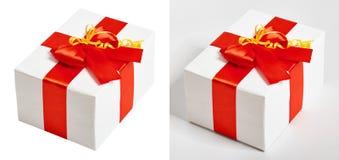 Ruban et arc rouges en soie décorés par boîte-cadeau, objet sur le fond blanc de studio Photos stock