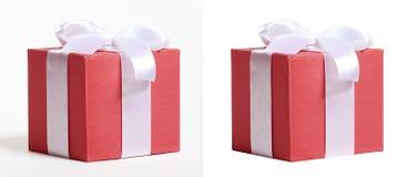 Ruban et arc rouges en soie décorés par boîte-cadeau, objet sur le fond blanc de studio Photo libre de droits