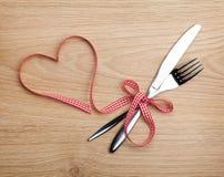 Ruban et argenterie rouges de Saint-Valentin Images stock